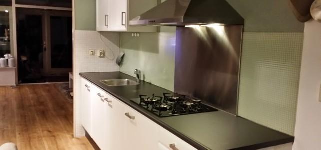 Keuken – Blauw/beuken naar Mat wit, inclusief metallic grijs aanrechtblad
