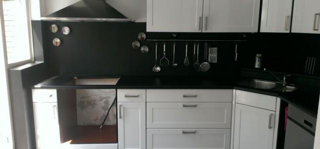 Keuken – van mat geel/houtkleur naar hoogglans wit / matzwart